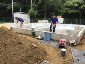 富山市の注文住宅の基礎工事抗酸化吹付作業風景