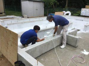富山市の注文住宅の基礎工事抗酸化吹付作業員