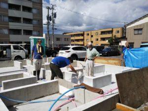 金沢市の注文住宅の基礎抗酸化作業の職人さん