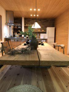 富山の注文住宅で人気の無垢材テーブル横顔