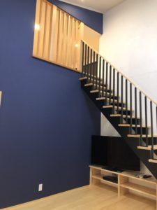 富山市の注文住宅の無垢材の木の家リビングと階段