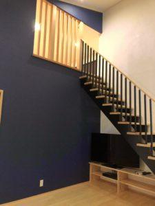 富山市の注文住宅の無垢材の木の家リビングと階段照明違い「