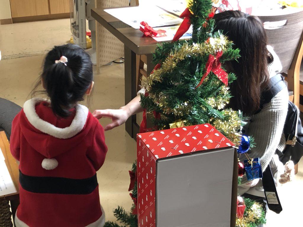富山市の注文住宅でのクリスマスイベント親子で飾り付け