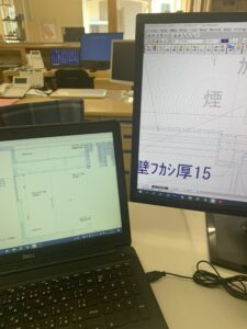 富山市の注文住宅の本社席替えの様子