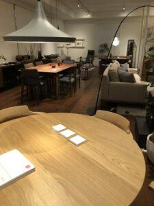 金沢の注文住宅のためのインテリア選びの様子